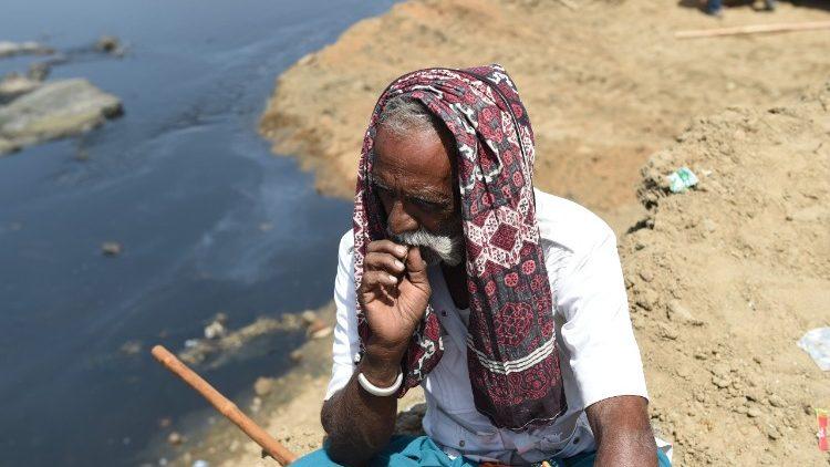 Un paysan indien au bord d'un canal dans un village situé près d'Ahmedabad.