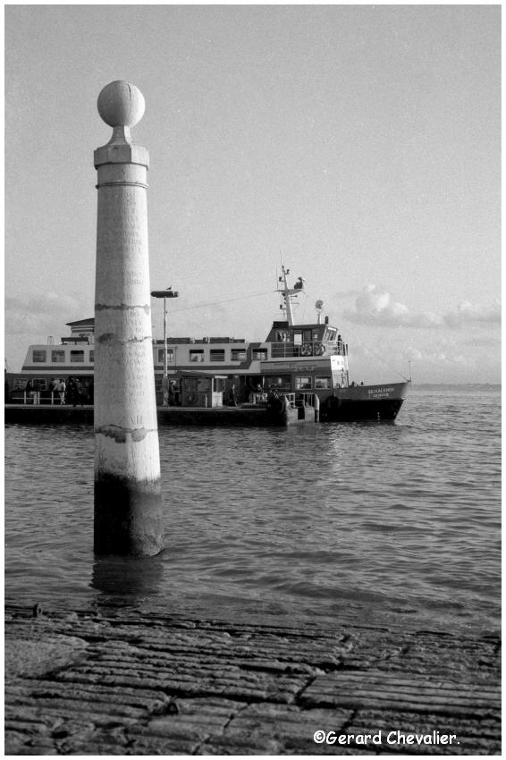 "Lisbonne - Le bord du Tage et bateau ""Cacilheiro"""