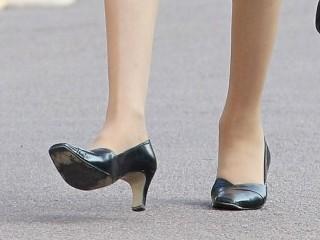 A qui appartiennent ces pieds?