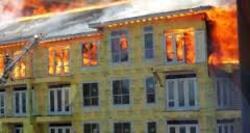 Un pompier sauve de justesse un ouvrier dans un immeuble en flamme (vidéo).