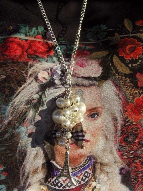 Sautoir tour Eiffel avec son noeud Burberry et ses perles de culture fantaisie