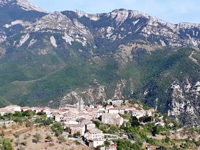 Utelle, petit village accroché à son rocher, départ du parcours du jour