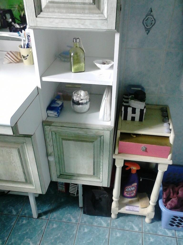 accessoires pour cheveux triés, une ancienne boite ferrero pour le nécessaire à ongles! une nouvelle place pour ma boite à bijoux, quelques décorations (sels de bains dans la bouteille verte), les deux sacs poubelles du fond résultent du trie ils sont destinés aux bonnes œuvres