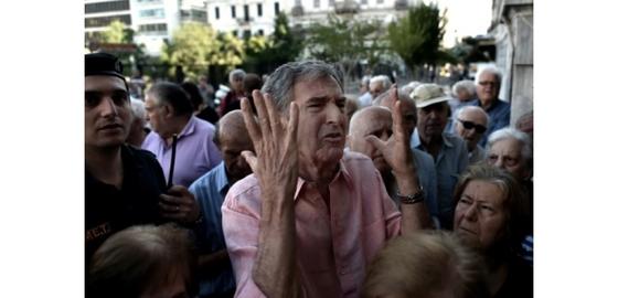 Des retraités à l'entrée d'une agence bancaire le 1er juillet 2015 à Athènes (c) Afp