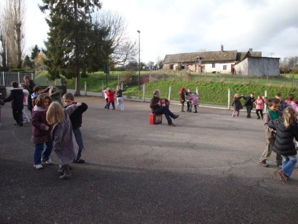 séance folk dans une école rurale 1