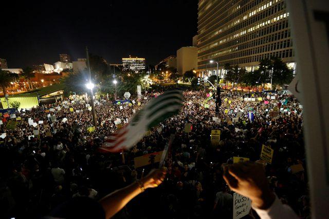 A Los Angeles, des milliers étaient rassemblés devant l'hôtel de ville mercredi soir.