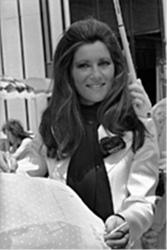 1974 / 1978 : le tailleur pantalon en satin blanc Azzaro...