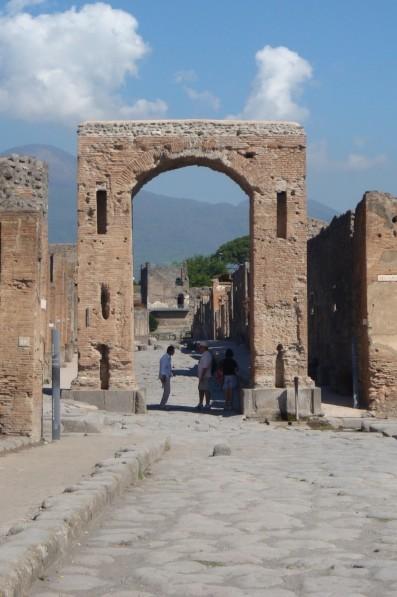 Pompéi, la Via et la Tour de Mercurio vues de l'Arc de Cal