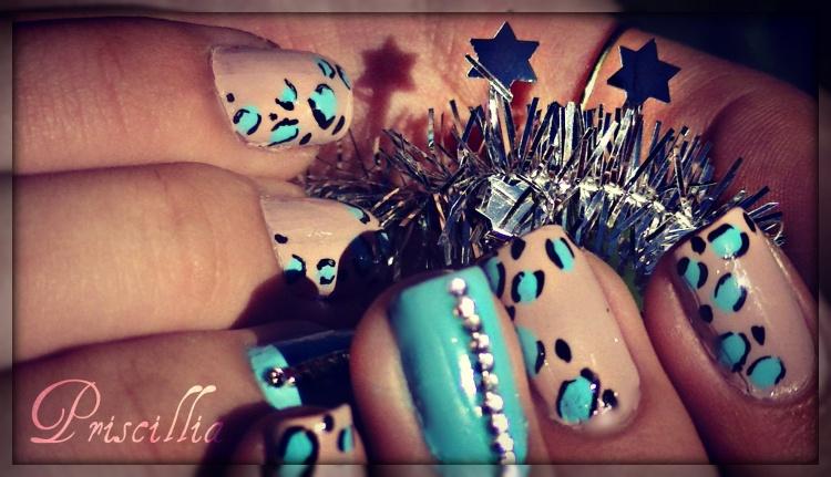 Nail art léopard bleu et strass