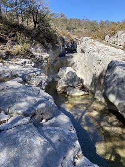 La rivière commence à s'enfoncer dans les rochers