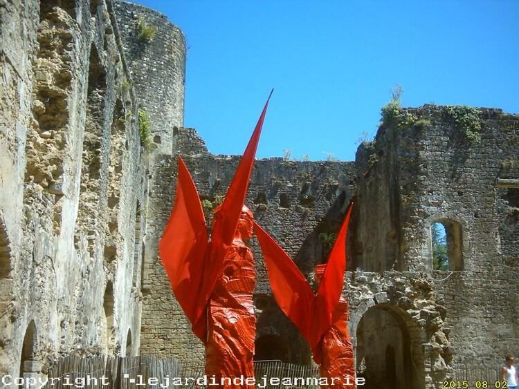le Château de Villandraut (la cour d'honneur) le château du pape Clement V(Copyright ©lejardindejeanmariedroitsrèservès