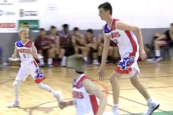 A 12 ans, ce basketteur mesure déjà… 2,13 m !