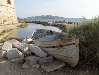 Une barque qui ne navigue plus. Au fond, Saint-Mandrier