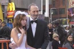 Un mariage entre un homme de 65 ans et une fillette de 12 ans en plein Times Square (Vidéo)