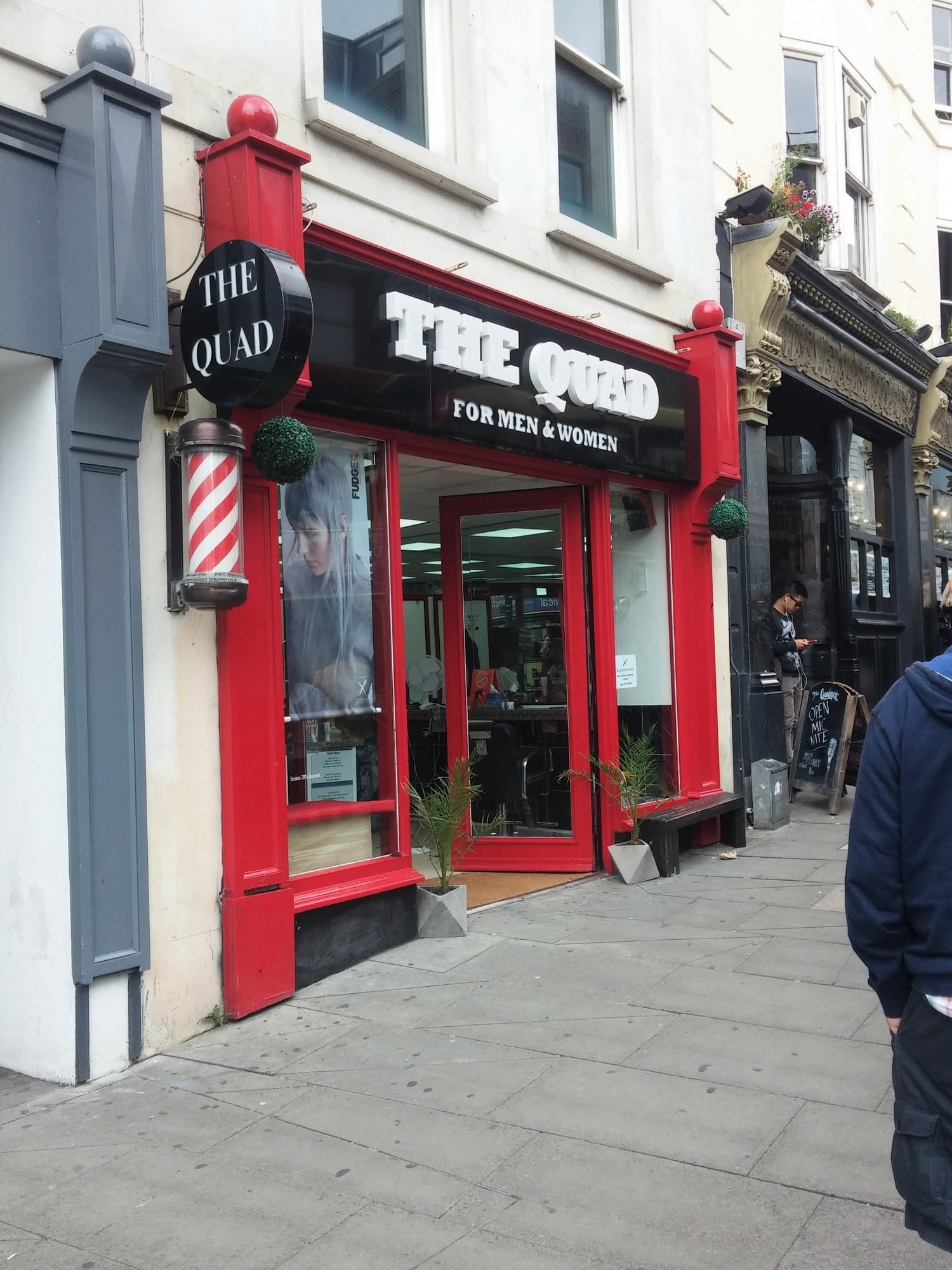 Brighton : la typique boutique du coiffeur.
