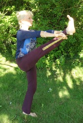 Pratiquer le yoga en plein air avec un bâton