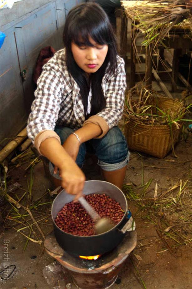 Marché de Luang Namtha : Touillage de cacahuètes