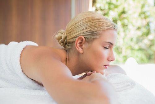 下巴長痘痘是什么問題原因,女生長痘要如何進行調理患者皮膚
