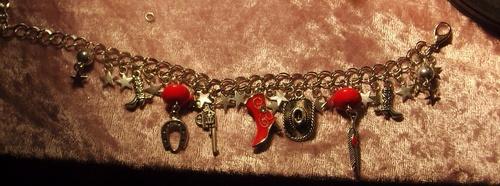 Bracelet country dans les tons rouges avec ses breloques