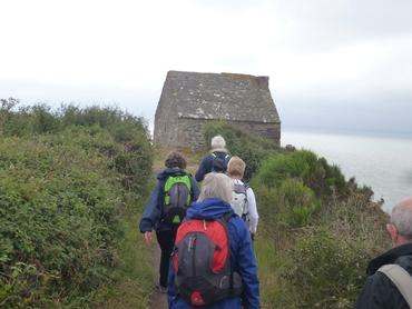 Sur le Sentier Côtier, GRP 223 Chemin des Belvédères du Mont Saint-Michel. Cabane Vauban