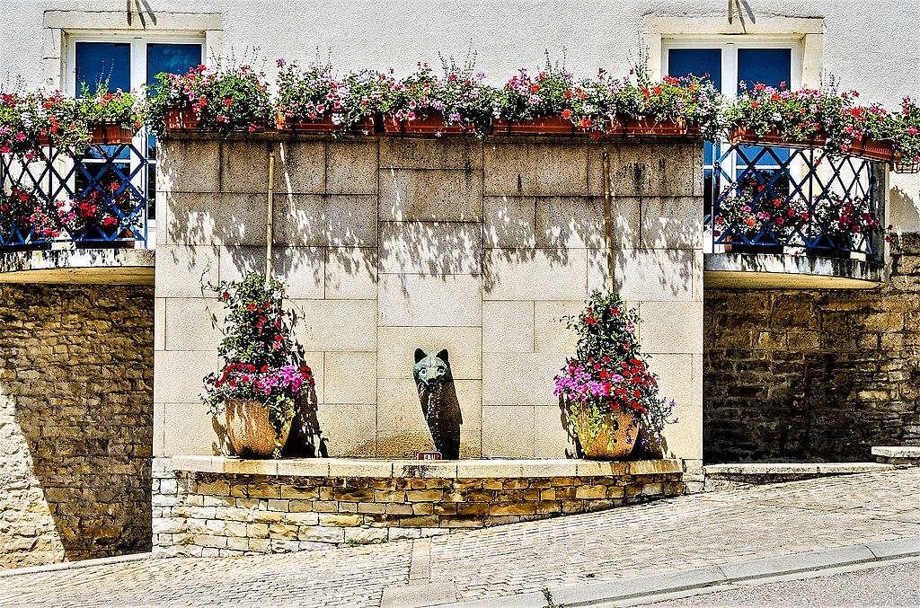 Fontaine de la mairie de Boussières.jpg