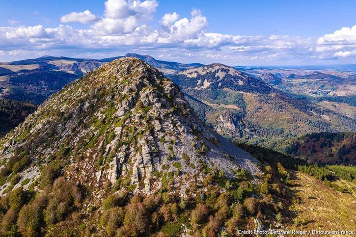 C'est ici, au pied du mont Gerbier-de-Jonc, que la Loire trouve sa source.