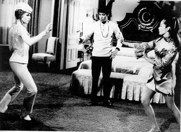 Bruce dirige la scène de lutte entre Sharon Tate et Nancy Kwan dans The Wrecking Crew.