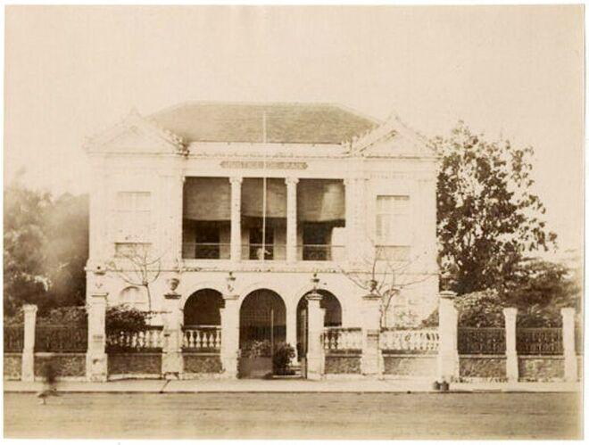 La Justice de Paix de Saïgon, en Cochinchine française, aujourd'hui République du Viêt Nam (photographie tirée sur papier albuminé. 1890).