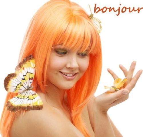 jolie femme rouse avec un papillon sur l'épaule