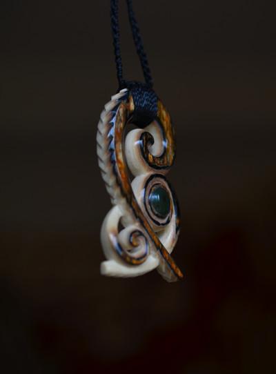 Blog de usulebis : Usulebis ,Artisan créateur de bijoux polynésiens , contact : usulebis@hotmail.fr, Pendentif Kokoata en ivoire de Mammouth serti de jade