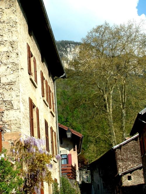 """Isère : la Buisse """" ville et son environnement """", un lieu de moyenne montagne aux origines géologiques particulières."""