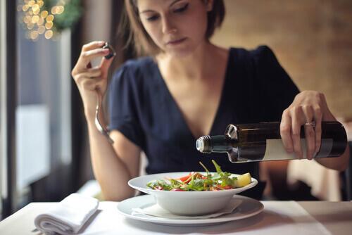 femme mangeant une salade