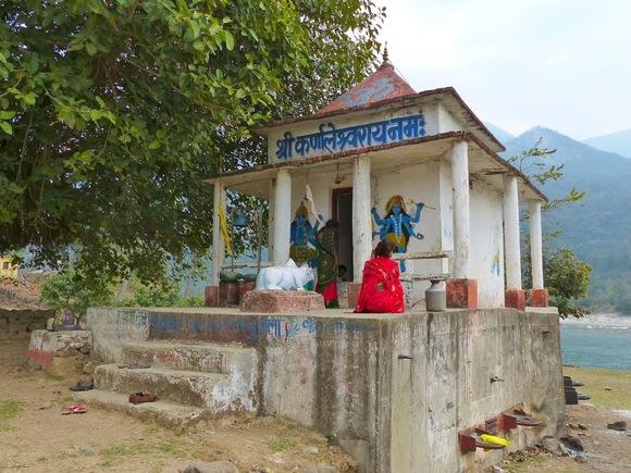 un petit temple au bord de la rivière