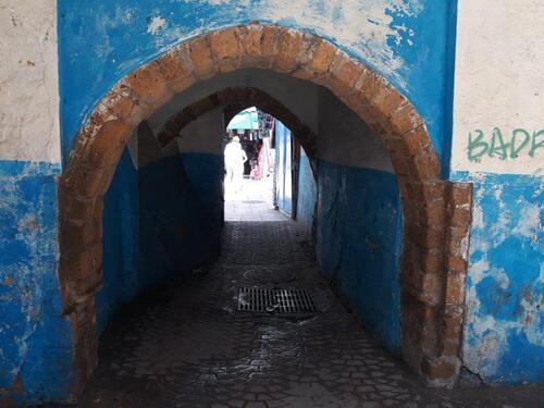 passage dans des petites rues, sous des prches