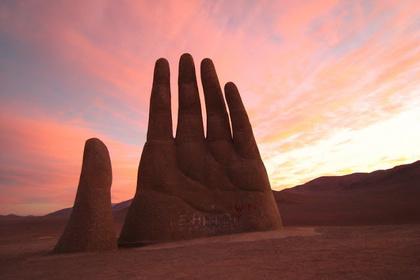 "La main dans le désert, ""Mano del Deserto, Atacama, Chili"