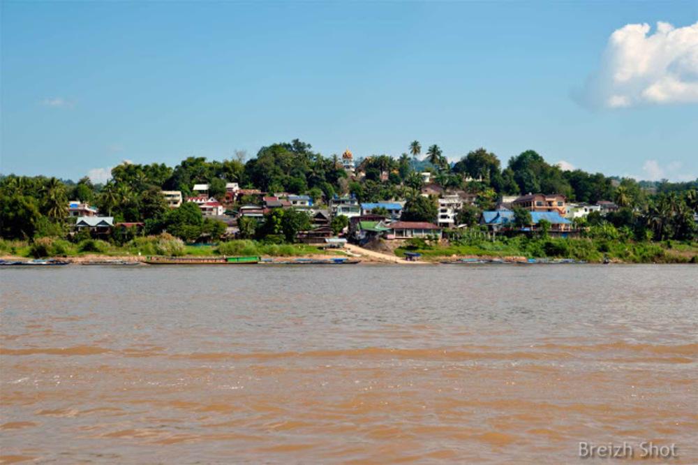 Au milieu du Mékong : La ville de Ban Houayxay en face