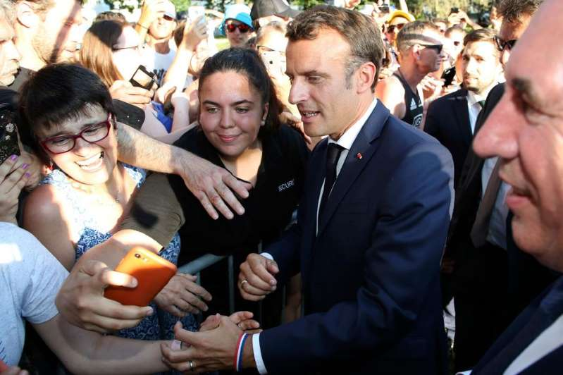 Rugy, retraites, violences policières : Macron interpellé en marge du Tour de France