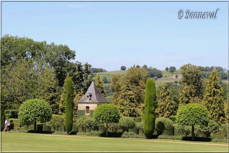Les Jardins du Manoir d'Eyrignac Dordogne Pigeonnier et Allée des Charmes