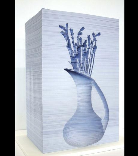 une-sculpture-representant-un-bouquet-de-fleurs-dans-un-pic