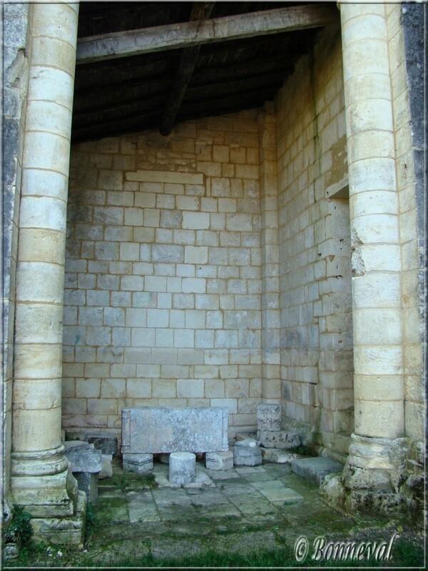 Abbaye de Fontdouce 12 ème siècle Charente-Maritime une absidiole vestige de l'église abbatiale