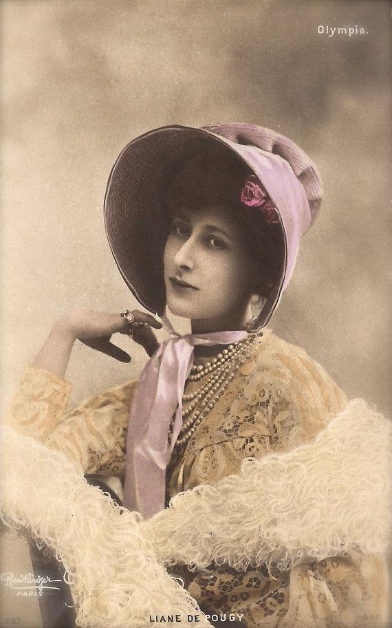 Liane de Pougy, célèbre courtisane parisienne de Belle Epoque luxueux romantique costume avec chapeau Original des années 1900 Rare Français Reutlinger carte postale