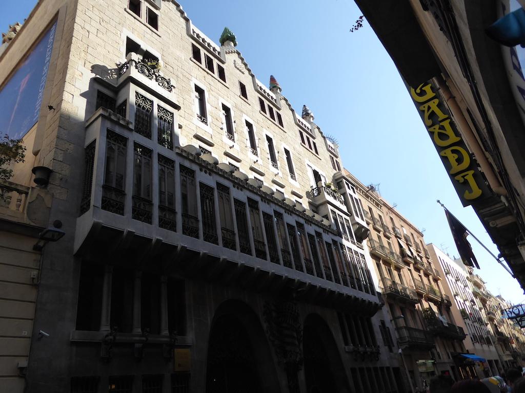 Adieu à Llado, à nos si gentils hôtes en ce jour de fête de la Sant Jordi ...et  vers Barcelone!