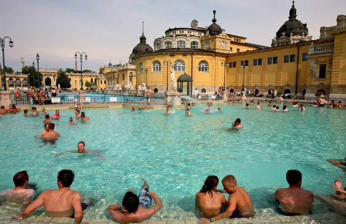 Un tour aux bains de Széchényi s'impose lors d'un voyage à Budapest