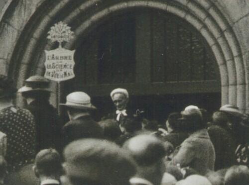 Mère au temple de Paris avec le bonnet blanc