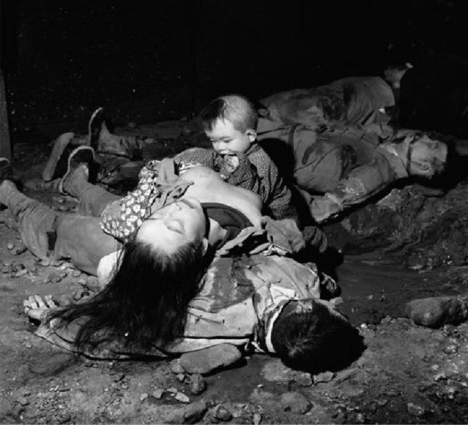 un bébé pleure sur le cadavre de sa maman, nankin