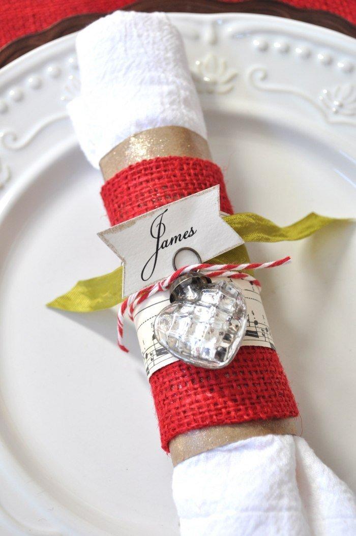 pliage-serviette-Noel-rouleau-blanc-rond-serviette-tisu-rouge-marque-place-ornement-sapin