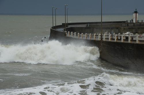 Du vent, des vagues et des surfeurs hier après-midi au port de Saint Michel Chef Chef.