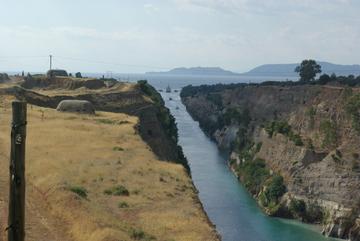 canal de Corinthe - vue depuis le pont vers le golfe de Corinthe