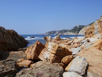 Dans les chaos de rochers ocres