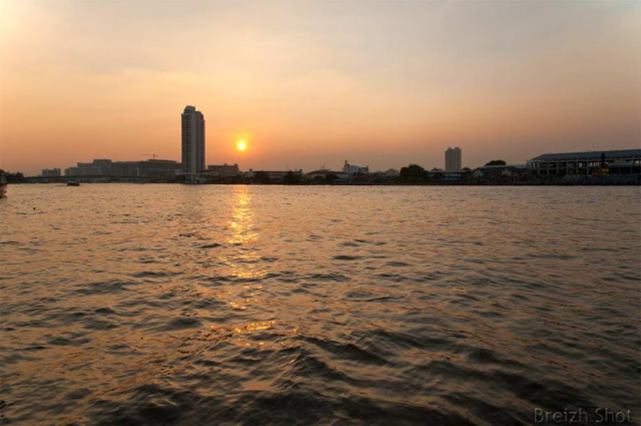 Au rythme du grand fleuve Chao Phraya :   Coucher de soleil sur le Chao Phraya